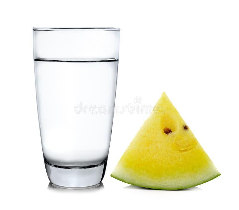 Bicchiere d'acqua ed anguria isolati su fondo bianco fotografie stock libere da diritti
