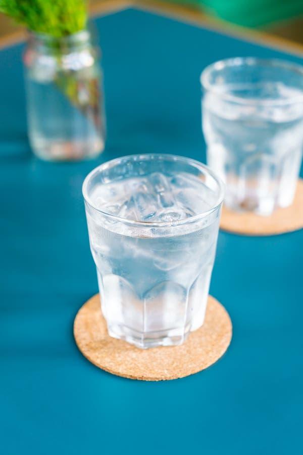 Bicchiere d'acqua sulla tavola fotografia stock libera da diritti
