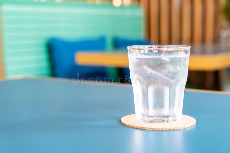 Bicchiere d'acqua sulla tavola fotografia stock