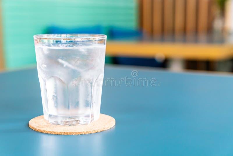 Bicchiere d'acqua sulla tavola immagini stock libere da diritti