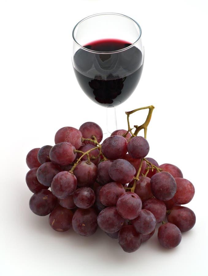 Bicchiere di vino con un mazzo dell'uva immagini stock