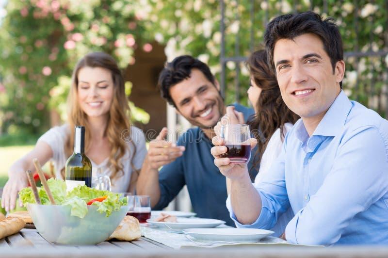 Bicchiere di vino della bevanda dell'uomo immagini stock