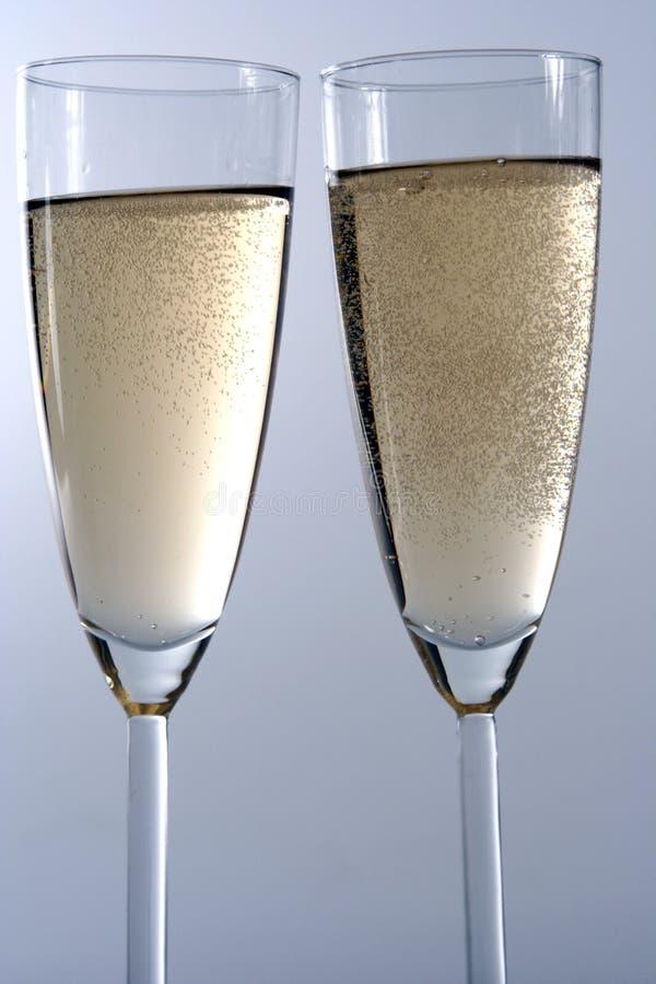 Bicchiere di vino di champagne isolato nel backgroun bianco fotografia stock