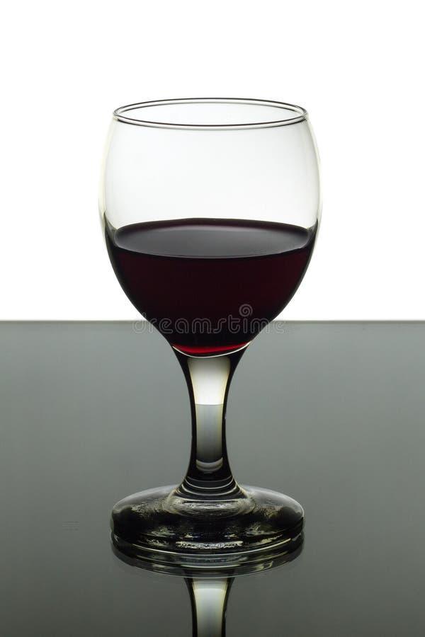 Bicchiere di vino di vino rosso su fondo in bianco e nero immagine stock