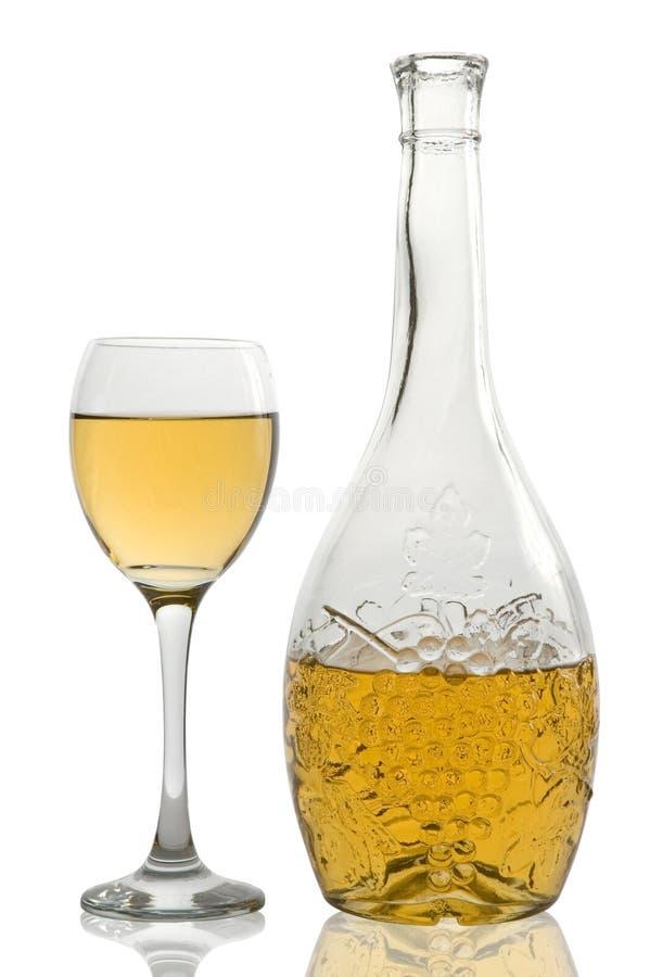Bicchiere di vino e bottiglia con vino bianco fotografia stock