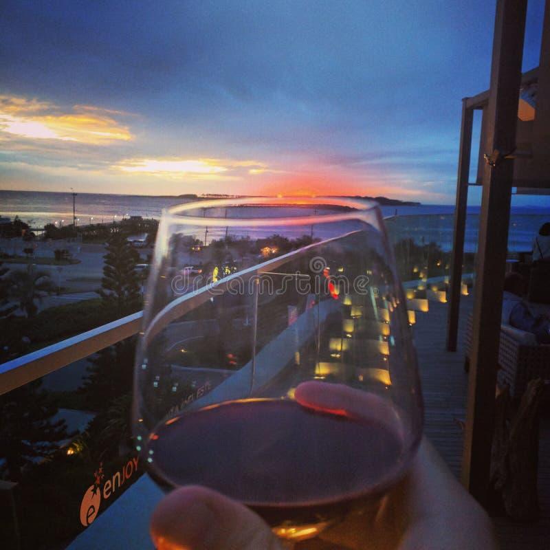 Bicchiere di vino e spiaggia di tramonto fotografie stock libere da diritti