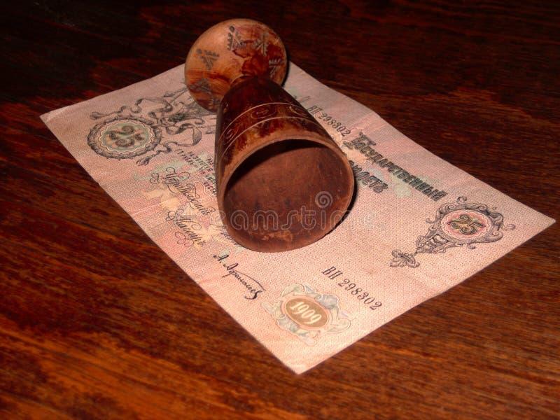 Bicchiere di vino di legno d'annata su una tavola di mogano fotografia stock libera da diritti