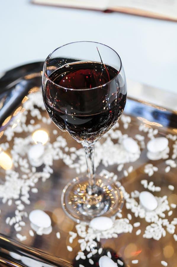 Bicchiere di vino per cerimonia di nozze Cerimonia di cerimonia nuziale W ortodosso fotografia stock libera da diritti