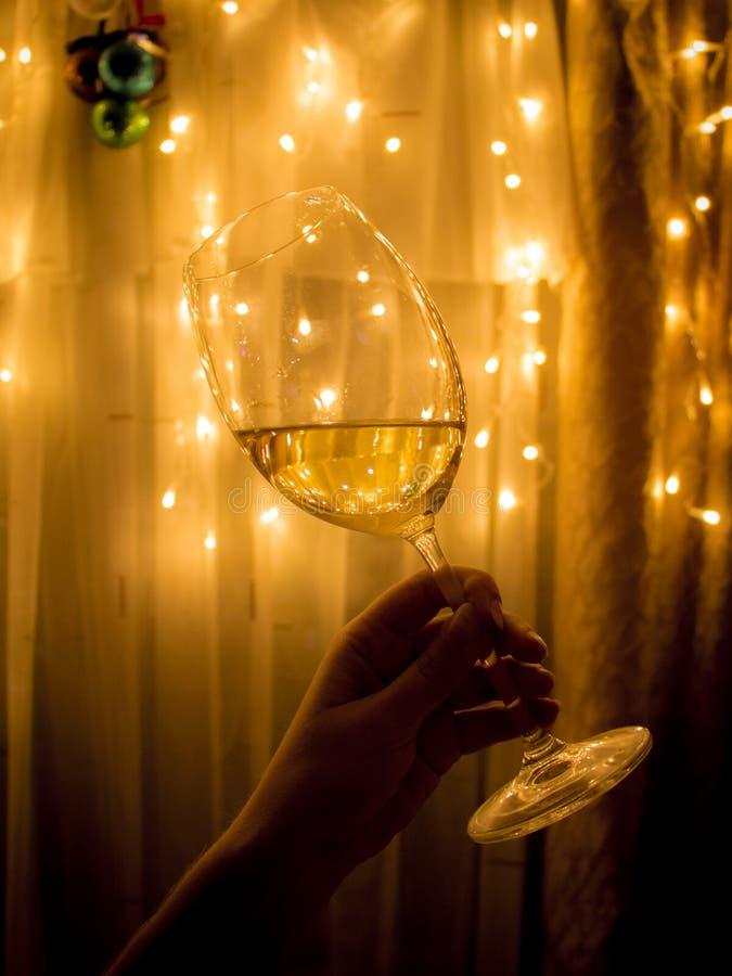 Bicchiere di vino sul fondo vago del nuovo anno della zuppa di pesce fotografia stock libera da diritti