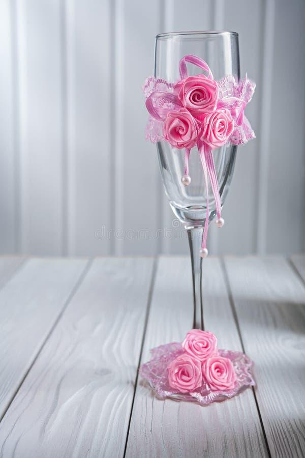 Bicchiere di vino vuoto ornated celebratorio immagine stock libera da diritti