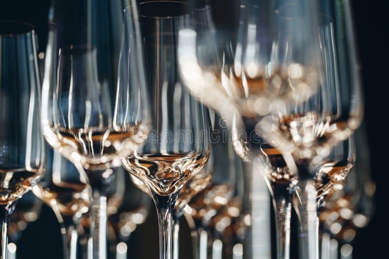 Bicchieri di champagne vuoti sul banco immagine stock