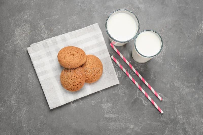 Bicchieri di latte e biscotti di farina d'avena sul prodotto lattiero-caseario fresco della tavola fotografia stock