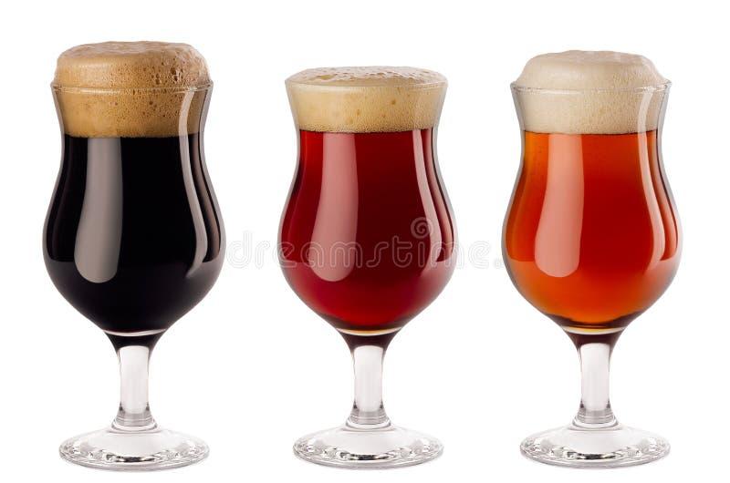 Bicchieri di vino dentro versati raccolta delle birre con schiuma - lager, birra inglese rossa, portatore - isolata su fondo bian fotografie stock libere da diritti