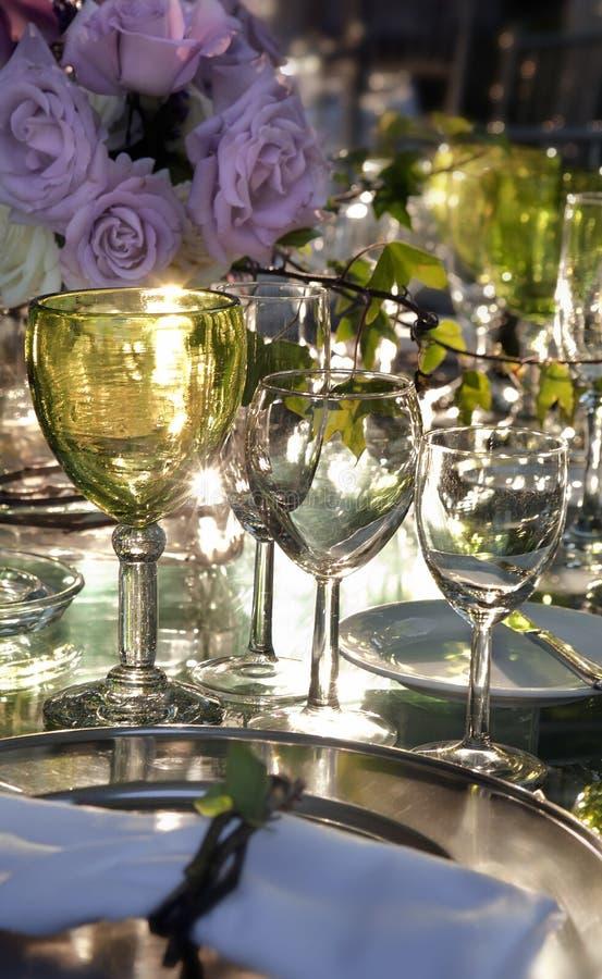 Bicchieri di vino e rose fotografia stock