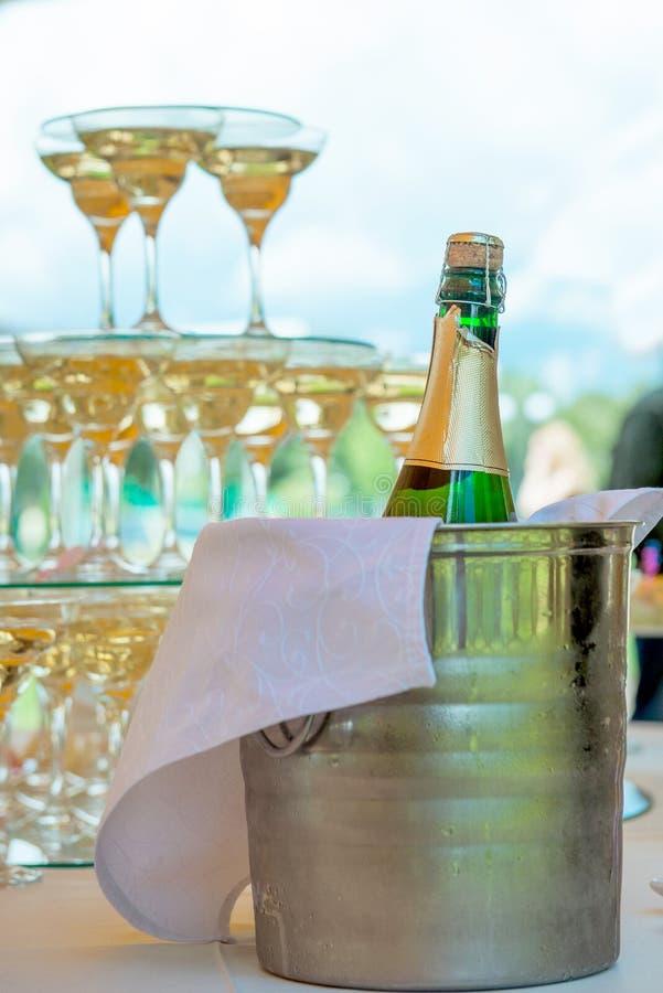 Bicchieri di vino festivi della regolazione della tavola con champagne fotografia stock