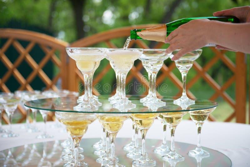 Bicchieri di vino festivi della regolazione della tavola con champagne fotografia stock libera da diritti