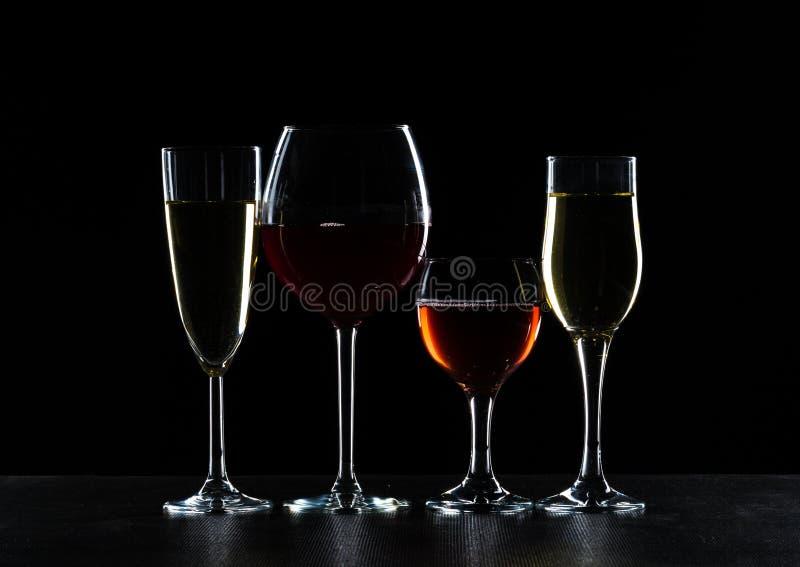 Bicchieri di vino nell'oscurità fotografia stock libera da diritti