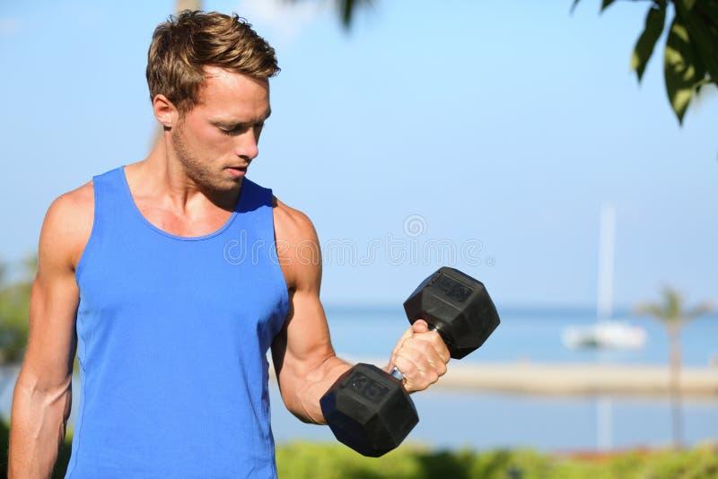 Bicep kędzior - ciężar sprawności fizycznej stażowy mężczyzna outside zdjęcie stock