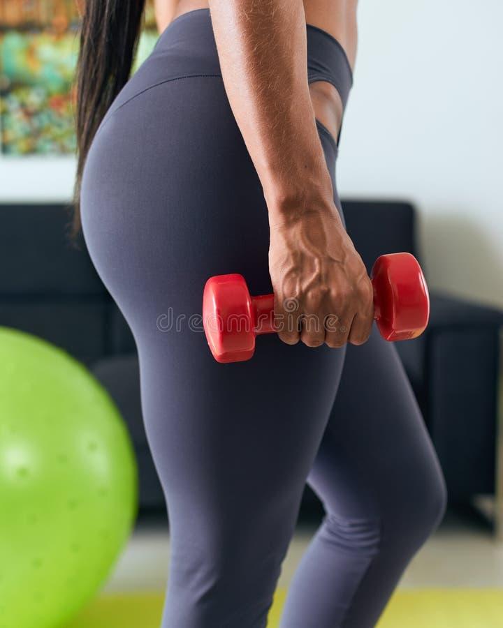 Biceps à la maison de formation de femme de couleur de forme physique avec Weights-2 photo libre de droits