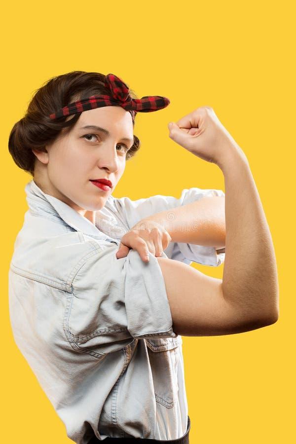 Biceps d'exposition de femme photo stock