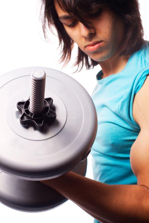 Bicepskrullning med en hantel royaltyfria bilder