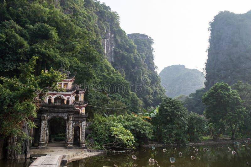 Bich Dong pagoda i wapno kamień, Tama Coc, Wietnam fotografia stock