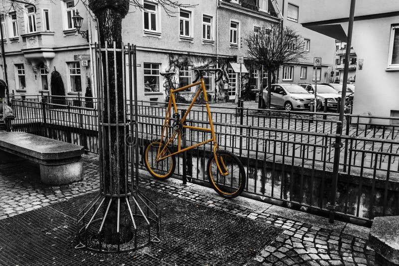 Bici amarilla en la cerca imágenes de archivo libres de regalías