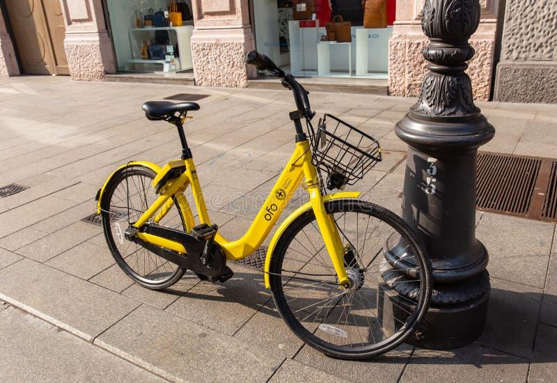 Bici amarilla en Milán imagen de archivo libre de regalías