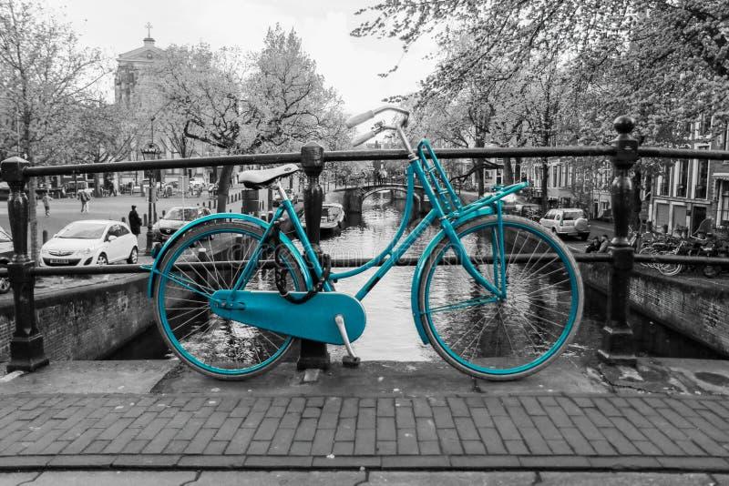 Bici azul sola en Amsterdam imagen de archivo