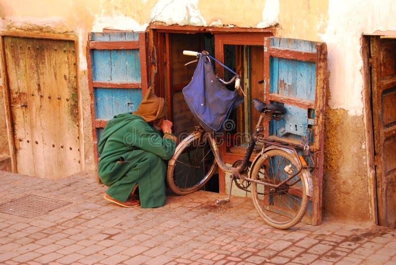 Bici, chilaba y ventana fotografia royalty free