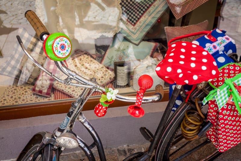 Bici, coloridas populares con las campanas y la trompeta, en Alemania fotos de archivo