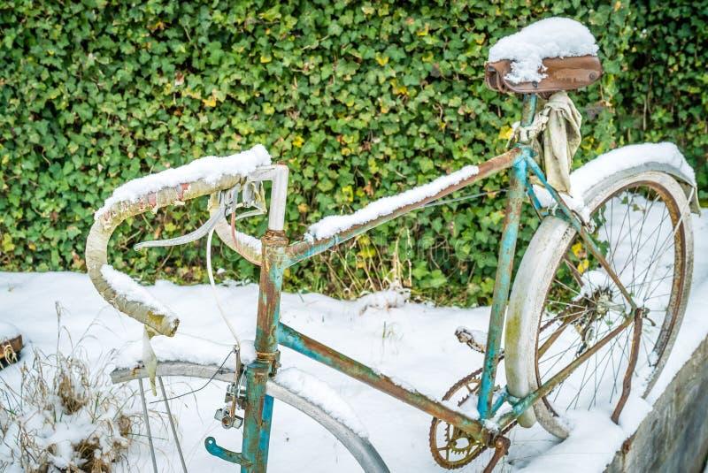 Bici con nieve en ella foto de archivo