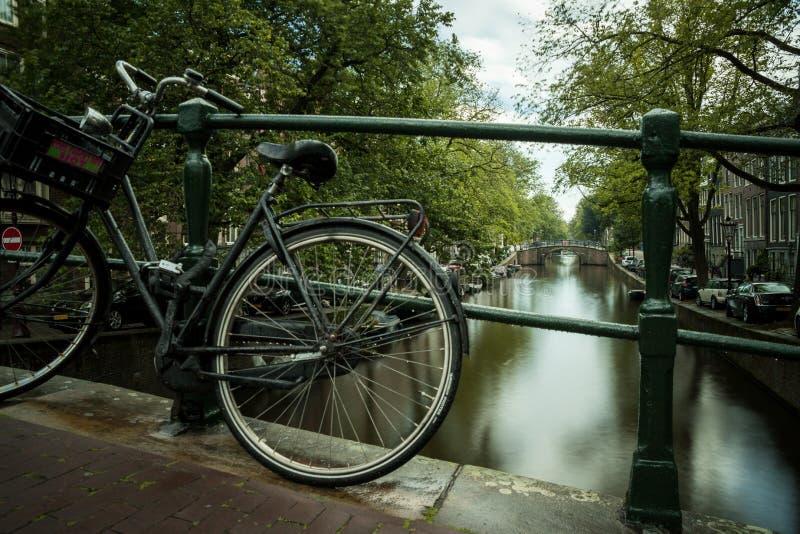 Bici contra un puente en Amsterdam después de un rainshower fotografía de archivo libre de regalías