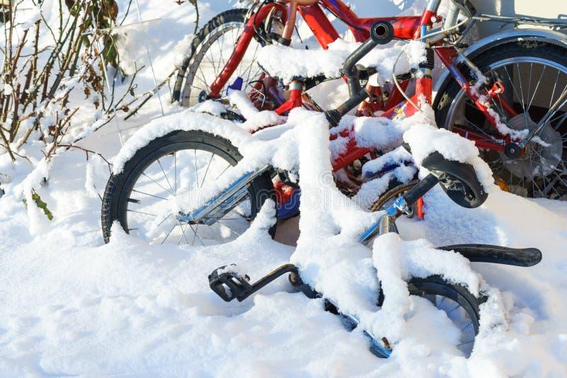 Bici coperta di neve Conclusione della stagione di ciclismo Bici dei bambini fotografia stock