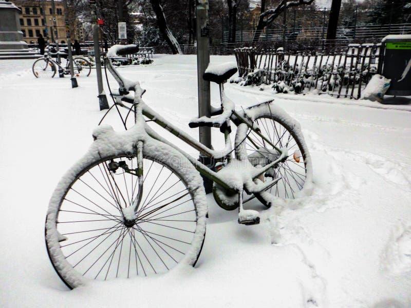 Bici cubierta con nieve imagenes de archivo