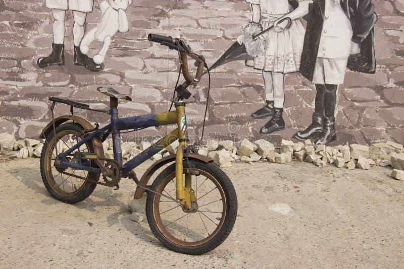bici d'annata dei bambini sulla via immagini stock
