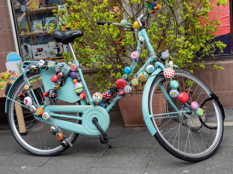Bici de la bicicleta adornada con las campanas en Gottingen, Alemania imagen de archivo libre de regalías
