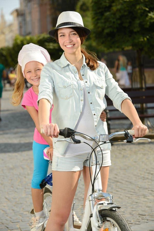 Download Bici de la calle imagen de archivo. Imagen de mama, hija - 44853079