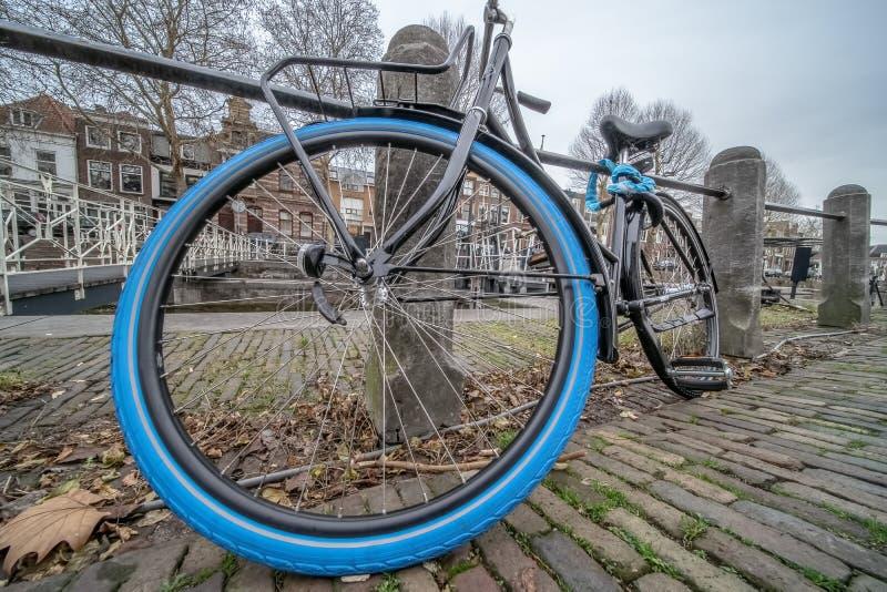 Bici de la ciudad con el neumático azul imagen de archivo