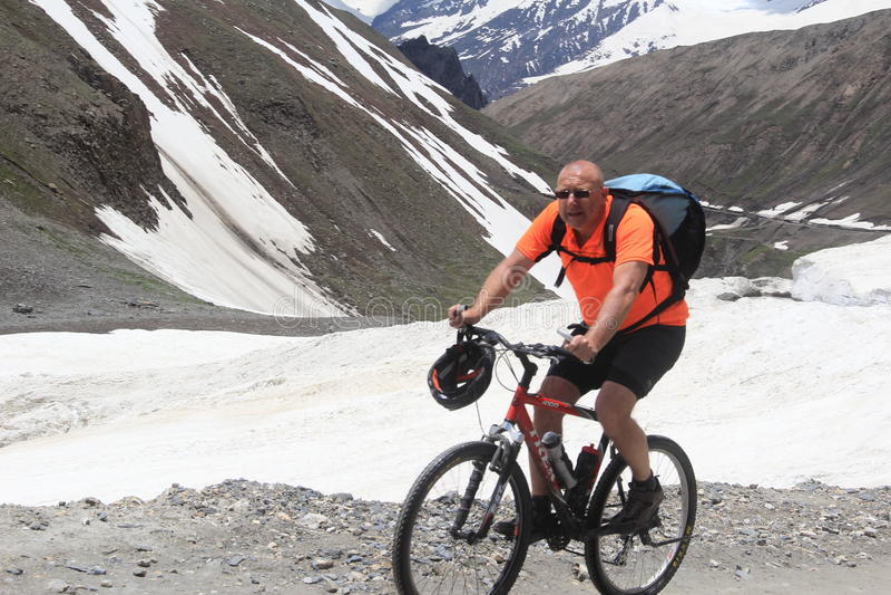 Bici de montaña del montar a caballo del hombre fotografía de archivo