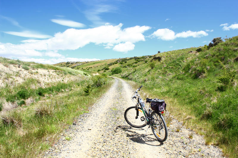 Bici de montaña en el rastro central del carril de Otago, Nueva Zelanda fotografía de archivo libre de regalías