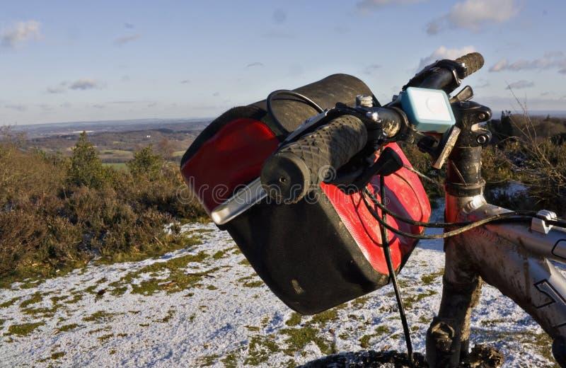 Bici de montaña en la nieve imagen de archivo