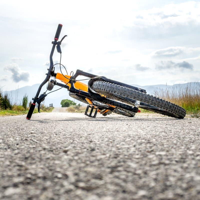 Bici de montaña estirada en la tierra sin la gente imagen de archivo