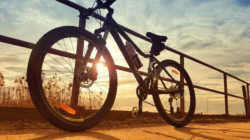 Bici de montaña parqueada contra los carriles fotos de archivo libres de regalías
