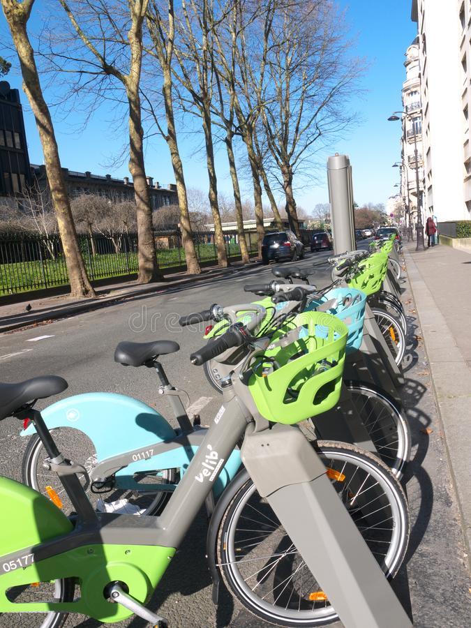 Bici de París que no comparte el sistema eléctrico y ninguno bicis eléctricas fotos de archivo