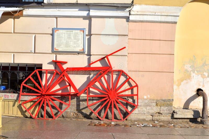 Bici decorativa en una calle de la ciudad imagenes de archivo