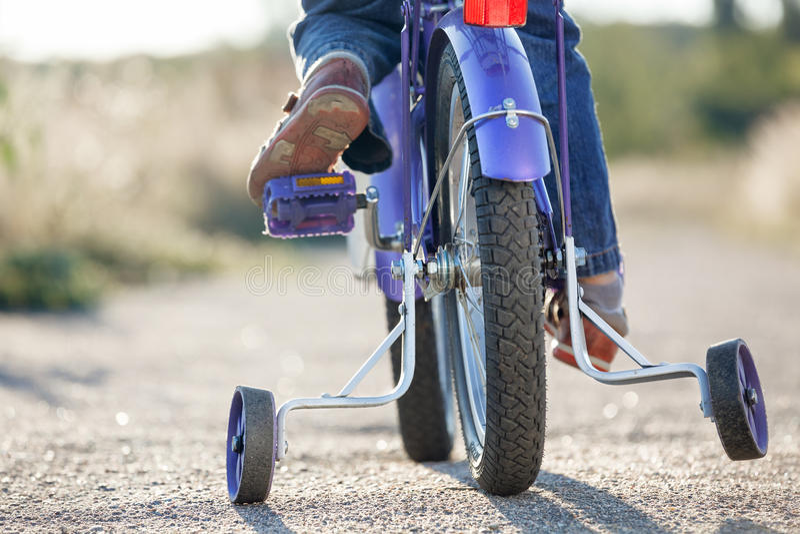 Bici dei bambini con le ruote di addestramento fotografia stock