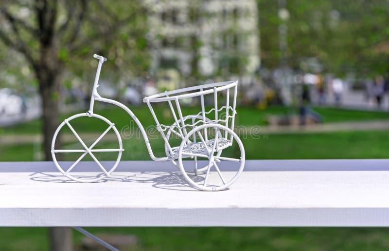 Bici del metal blanco Soporte de flor bajo la forma de bici del metal blanco fotos de archivo libres de regalías