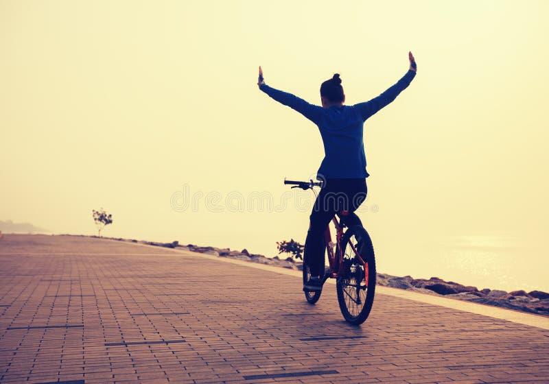 Bici del montar a caballo del ciclista con los brazos extendidos fotografía de archivo libre de regalías