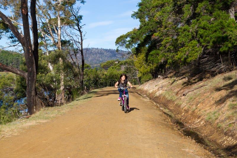 Bici del montar a caballo de la muchacha fotografía de archivo